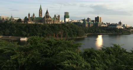 управлять : Canadian Parliament in Ottawa, view of the side facing Quebec and the Ottawa river