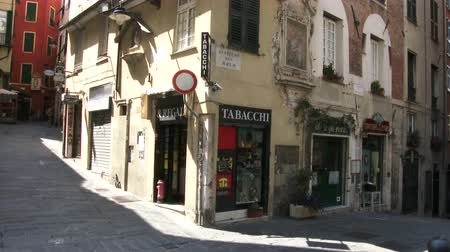 charakteristický : Characteristic small streets in the old historic center of Genoa, Italy