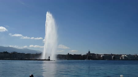 eau : Geneva skyline with jet fountain on the lake in Geneva, Switzerland.