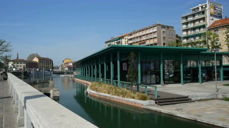 recentemente : Recently built market along the Porta Ticinese dock, also known as Darsena, in the Navigli district in Milan, Italy.
