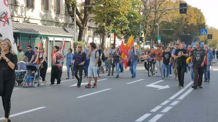 протест : People waiting for protest against GMOs in Bergamo, Italy on October 15, 2017. Стоковые видеозаписи