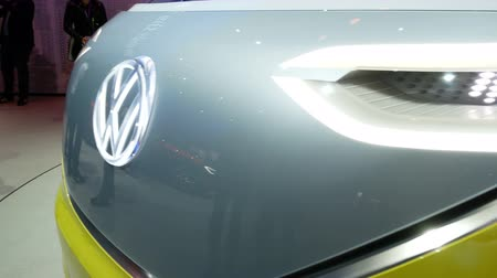 Volkswagen Bully-prototype op de IAA-autoshow in Frankfurt, Duitsland op 13 september 2017. Stockvideo