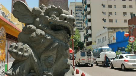 Statue of a lion at the entrance of the Chinese neighborhood in Buenos Aires, Argentina on December 26, 2017. Стоковые видеозаписи