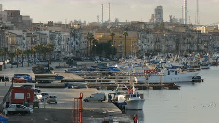 energia : Port in the historic center of Taranto, Italy, with view of the industrial area. Vídeos