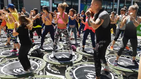 elastiek : Rimini, Italy - may 2019: Mini Rebounder Workout - People doing Fitness Exercise in Class at Gym with Music and Teacher on Stage