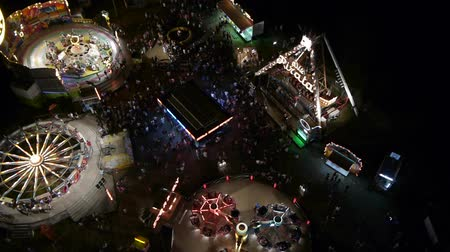 karnaval : Flying over the amusement park. Stok Video