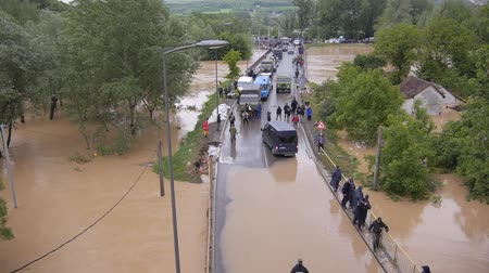 voluntário : Army and police rescue teams saving people from heavy floods.