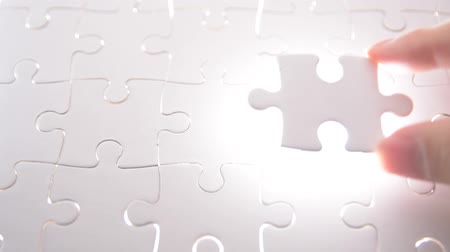 solução : jigsaw puzzle piece with light glow, business concept for completing the final puzzle piece.