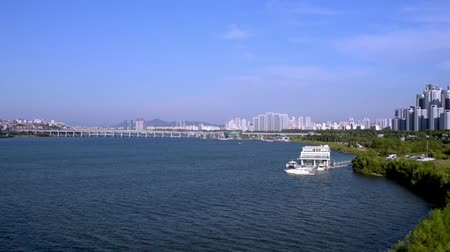 A view of the Han River in Seoul with a yacht and a dock. Stok Video