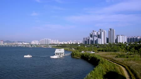 A view of the Han River in Seoul with a yacht and a dock. Vídeos