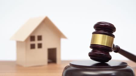 veredito : Auction or law concept. Miniature House on wooden table and judge gavel. Zoom out.