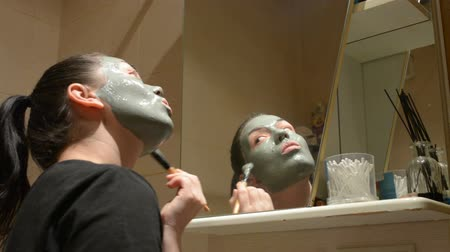 bahno : Girl causes Clay mask on face