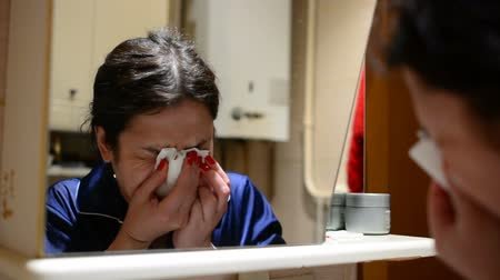кашель : Woman suffering from runny nose, reducing immunity with onset of cold snap Стоковые видеозаписи