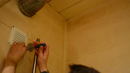 фиксировать : Male hand tightening the screws with a screwdriver on the grate vents home. Стоковые видеозаписи