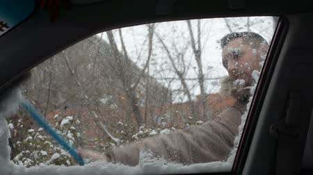 süpürge : Man cleaning snow from car with brush