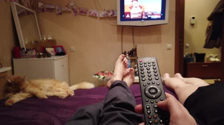 az yağlı : Smart tv and hand pressing remote control Stok Video