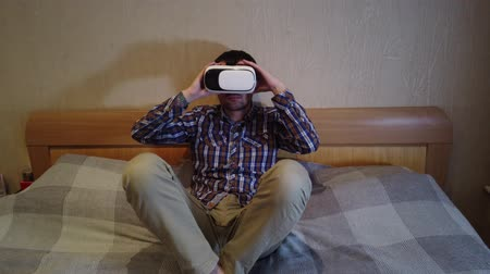 consciência : Virtual Reality Headset. Hotel or home bedroom