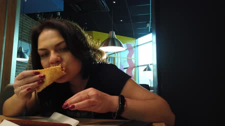makarony : Girl eating pizza in pizzeria