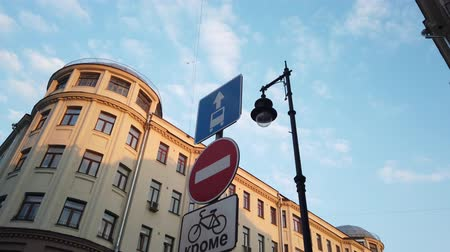 основной : Street sign for city traffic Стоковые видеозаписи