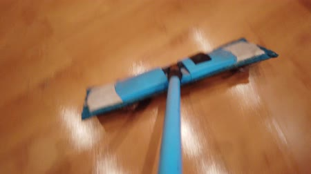 домашнее хозяйство : Young man with Mop, Cleaning Floor at Home. Man Sweeps Dust in room and brings Order and Cleanliness in House - Housework and Housekeeping concept.