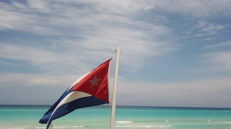 キューバ : Cuban flag flying on the beach Cuba, Varadero.