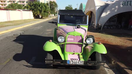 cubano : VARADERO, CUBA - APRIL 2019: Retro cars on streets of Varadero Vídeos