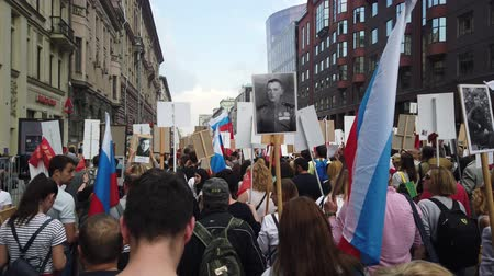 честь : RUSSIA, MOSCOW - MAY 9, 2019: Immortal Regiment - Procession Стоковые видеозаписи