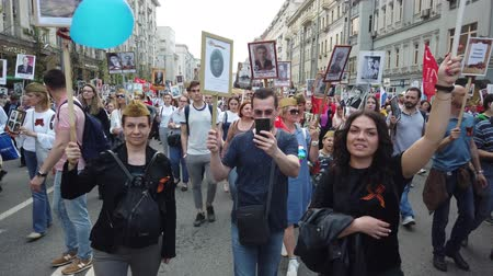 годовой : RUSSIA, MOSCOW - MAY 9, 2019: Immortal Regiment - Procession Стоковые видеозаписи