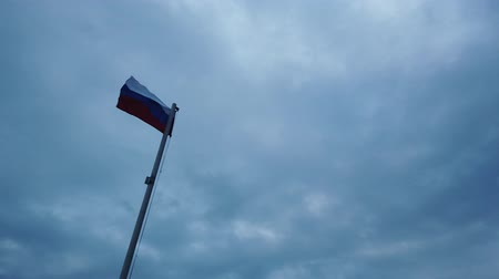 mastro de bandeira : Russian flag on the flagpole waving in the wind against a blue sky with clouds