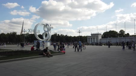 stile impero : MOSCOW - JULY, 2019: People in park of VDNKH. Exhibition of Achievements of national economy VDNKH - largest exhibition, museum and recreational complex in world.