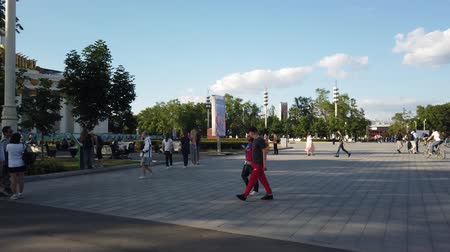 павильон : MOSCOW - JULY, 2019: People in park of VDNKH. Exhibition of Achievements of national economy VDNKH - largest exhibition, museum and recreational complex in world.