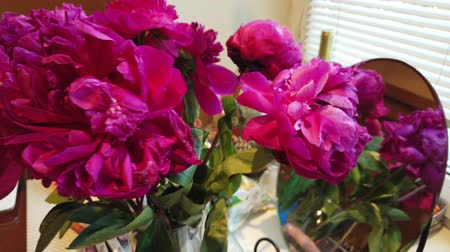 pólen : A bouquet of red peonies is at home on the table