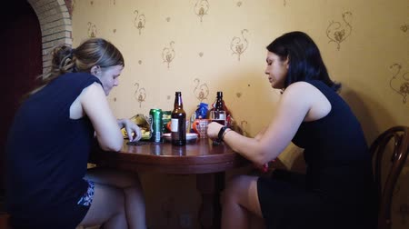 não alcoólica : MOSCOW, RUSSIA - JULY, 2019: Company of friends resting at home. Drink beer and cider, eat seeds. Stock Footage