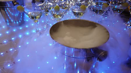 atributo : Cold smoke for champagne. Bucket for champagne. Bucket of smoke. Alcohol attribute. Champagne at the party. Festive alcohol. Corporate booze. Holiday Fun is in the company. Service Nitrogen.