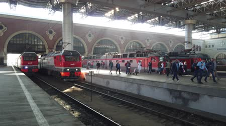 locomotiva : MOSCOW, RUSSIA - AUGUST, 2019: Hurrying passengers for train from Kazan railway station. Going by train in Russia. People go traveling with luggage.