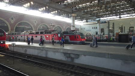 lokomotiva : MOSCOW, RUSSIA - AUGUST, 2019: Hurrying passengers for train from Kazan railway station. Going by train in Russia. People go traveling with luggage.