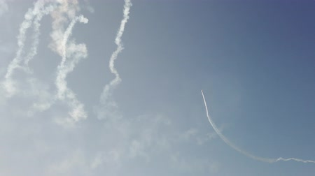 летчик : An airplane in the sky shows aerobatics figures