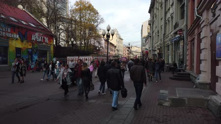 passeio público : 19 OCTOBER 2019, ARBAT STREET, MOSCOW, RUSSIA: People walking on street at Arbat district in Moscow, Russia. Stock Footage