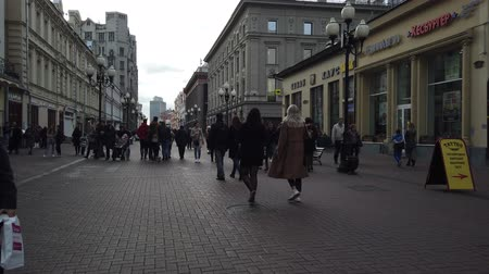 historisch : 19 OCTOBER 2019, ARBAT STREET, MOSCOW, RUSSIA: People walking on street at Arbat district in Moscow, Russia. Stockvideo