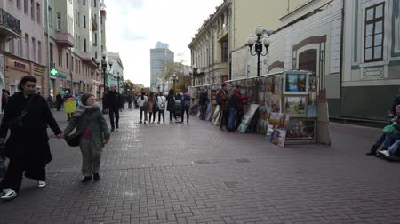 turistická atrakce : 19 OCTOBER 2019, ARBAT STREET, MOSCOW, RUSSIA: Tourists walking on the old Arbat street in Moscow, Russia 19 OCTOBER 2019, ARBAT STREET, MOSCOW, RUSSIA: Tourists walking on the old Arbat street in Moscow, Russia