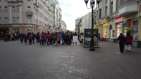domingo : 19 OCTOBER 2019, ARBAT STREET, MOSCOW, RUSSIA: Tourists walking on the old Arbat street in Moscow, Russia
