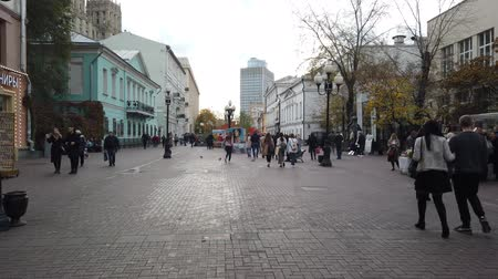 attraversamento pedonale : 19 OCTOBER 2019, ARBAT STREET, MOSCOW, RUSSIA: Tourists walking on the old Arbat street in Moscow, Russia