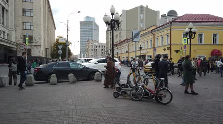 turistická atrakce : 19 OCTOBER 2019, ARBAT STREET, MOSCOW, RUSSIA: Tourists walking on the old Arbat street in Moscow, Russia
