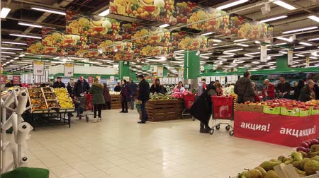 grocery store : MOSCOW, RUSSIA - DECEMBER 15, 2019: People in the supermarket in search of products for the new year Stock Footage