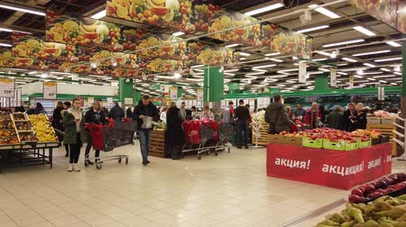 empurrando : MOSCOW, RUSSIA - DECEMBER 15, 2019: People in the supermarket in search of products for the new year Stock Footage