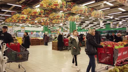 koszyk zakupy : MOSCOW, RUSSIA - DECEMBER 15, 2019: People in the supermarket in search of products for the new year Wideo