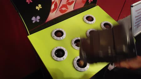 taupe : Whack a mole game at amusement park close up Vidéos Libres De Droits