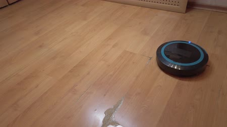 conveniente : Robot vacuum cleaner rolls around the house, cleaning the house using electronics