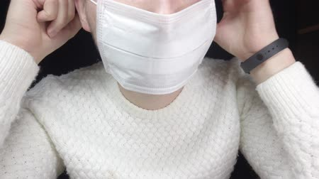 kaszel : A man in a protective mask, a medical mask against the virus. Protection from infection Wideo