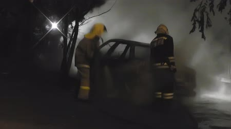 fighter : The fire brigade extinguishes the car